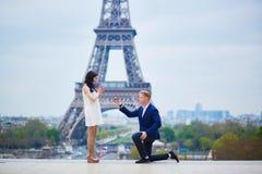 Engagement romantique à Paris photographie stock