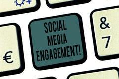 Engagement social de médias des textes d'écriture de Word Concept d'affaires pour communiquer dans un clavier de plates-formes de photo libre de droits