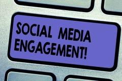 Engagement social de médias des textes d'écriture de Word Concept d'affaires pour communiquer dans un clavier de plates-formes de images libres de droits