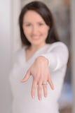 Engagierte Frau. Schöne junge Frau, die ihre Hand mit einem en zeigt Stockfoto