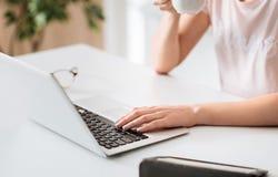Engagierte Geschäftsfrau, die ihre E-Mail überprüft Lizenzfreies Stockbild