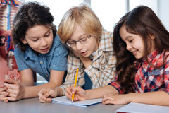 Engagierte gesellige Kinder, die etwas besprechen Lizenzfreie Stockbilder