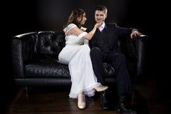 Engagierte Paare, die Art Deco Style Wedding Suit und Kleid modellieren Lizenzfreie Stockfotografie