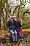 Engagierte Paare draußen Stockbild