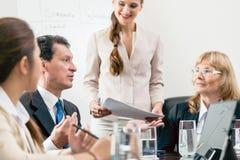 Engagierter Manager, der seine Meinung bei der Deutung einer Torte-c teilt stockbilder