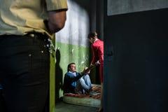 Engagierter weiblicher Rechtsanwalt, der einen jungen Insassen in einem veralteten besucht Stockbild