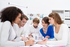 Engagiertes junges multiethnisches Geschäftsteam Stockbild