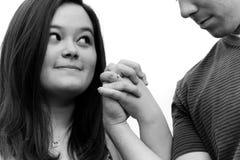 Engagiertes Paar hält Hände Stockfotografie