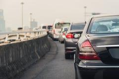 Engarrafamento com fileira dos carros na via expressa Fotos de Stock Royalty Free