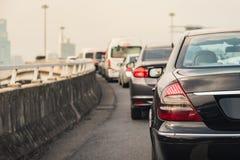 Engarrafamento com fileira dos carros na via expressa Fotografia de Stock