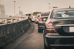 Engarrafamento com fileira dos carros na via expressa durante as horas de ponta, mo Fotografia de Stock