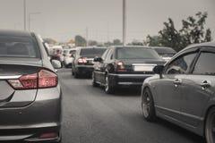 Engarrafamento com fileira dos carros na via expressa durante as horas de ponta, mo Imagens de Stock Royalty Free