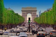 Engarrafamento com os carros na cidade de Paris, França opinião Arco de Trio imagens de stock