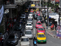 Engarrafamento como o protesto dos milhares em Banguecoque foto de stock