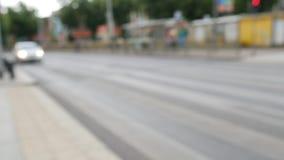 Engarrafamento de cidade, fora de foco Tráfego de cidade com os pedestres unfocused e o borrão filme