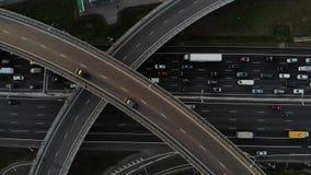 Engarrafamento grande na opinião aérea da estrada na junção de estrada com muitas estradas filme
