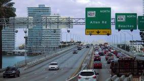 Engarrafamento na autoestrada às arquiteturas da cidade de Miami Beach EUA filme
