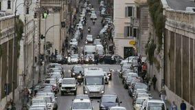 Engarrafamento na cidade europeia, carros que movem-se lentamente nas pistas, sistema de transporte video estoque