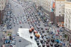Engarrafamento no St. de Tverskaya e em máquinas molhando Imagem de Stock Royalty Free