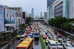 Engarrafamentos em Banguecoque, Tailândia na noite após o trabalho Fotos de Stock Royalty Free