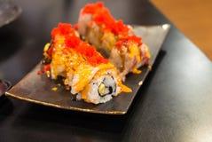 Engawa sushi på den svarta plattan Arkivfoto