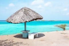 Engazonnez le parapluie à la plage sur l'île d'Aruba Images libres de droits