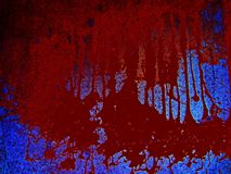 Enge bloedige achtergrond Gevaar, een vulklei van bloed op een blauwe achtergrond, bruine vlekken van bloedvergieten stock foto's