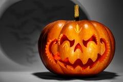 Enge Halloween-pompoen die op een Chinees draakhoofd, met a lijken royalty-vrije stock afbeeldingen