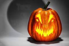 Enge Halloween-pompoen met een mistig truc van de schaduwspelling of t stock foto's