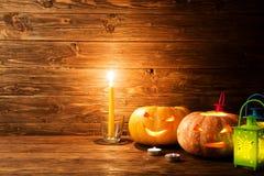 Enge Halloween-pompoenen hefboom-o-lantaarn op houten achtergrond Stock Afbeelding