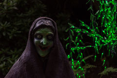 Enge heks op donkere achtergrond met groene feelichten Royalty-vrije Stock Foto