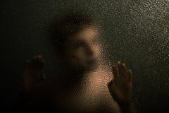 Enge Jonge Jongen die tegen een Geweven Glas leunen Stock Afbeeldingen