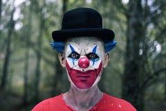 Enge kwade clown in het hout royalty-vrije stock fotografie