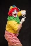 Enge kwade clown met een lelijke glimlach en een paar buigtang op bl Royalty-vrije Stock Foto's