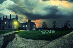 Enge nachtscène met Onverbiddelijke Maaimachine bij het oude verlaten kerkhof onder grote volle maan Stock Afbeelding