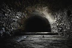 Enge ondergrondse, oude kasteelkelder royalty-vrije stock fotografie