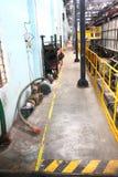 Enge und schmutzige industrielle Halle Stockfoto