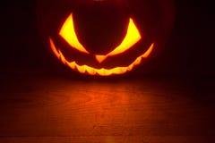 Enge van achtergrond Halloween rode hefboomo lantaarn bij de bovenkant Royalty-vrije Stock Afbeeldingen
