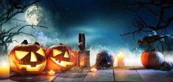 Enge verschrikkingsachtergrond met Halloween-de lantaarn van de pompoenenhefboom o stock afbeelding