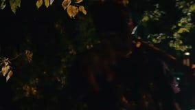 Enge zombie die donker bos met bijl op schouder lopen, bloed-koelend nachtmerrie stock footage