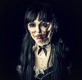 Enge zombievrouw met zwarte ogen stock afbeelding