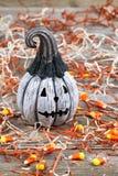 Enge zwart-witte Halloween-pompoen op rustiek hout royalty-vrije stock fotografie