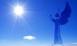 Engel als spiritual die superieur aan mensen in hemel zijn stock afbeeldingen