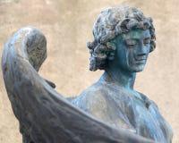 Engel auf Finanzanzeige auf altem Kirchhof Lizenzfreie Stockfotos