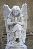 Engel auf Finanzanzeige auf altem Kirchhof Lizenzfreies Stockbild