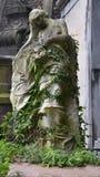 Engel auf Finanzanzeige auf altem Kirchhof Stockbild