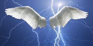 Engel beflügelt mit dem Hintergrund, der vom Himmel und von den Blitzen gemacht wird Stockfoto