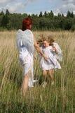 Engel bemuttern und Kind Stockfotos