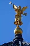 Engel bovenop Dresden Frauenkirche Stock Foto's