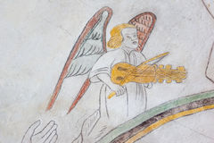 Engel, der das befestigte, mittelalterliche Fresko spielt lizenzfreies stockbild